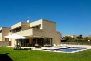 MODERN BUILDING WITH 4 BEDROOMS AND POOL, CLOSE TO GIRONA AIRPORT